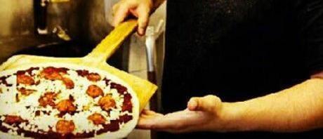 pizza sur une pèle