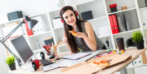 jeune-femme-se-tient-pres-table-tient-morceau-pizza-main-montre-signe-classe_88135-7348