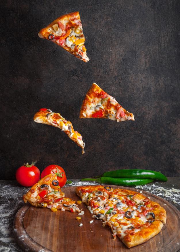 vue-laterale-pizza-au-poivre-tomate-tranches-pizza-dans-batterie-cuisine-bord_176474-3184